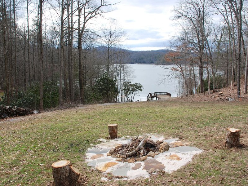 Splendor Cove Retreat…Lakefront w/ dock, Huge Yard, Lake Toys, Stream w/ wfall, location de vacances à Jackson County