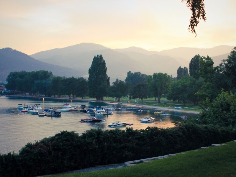 Next to Lake, Pool, 10 Acre Park, 1 Mile to Town, Best Prices, vacation rental in Chelan