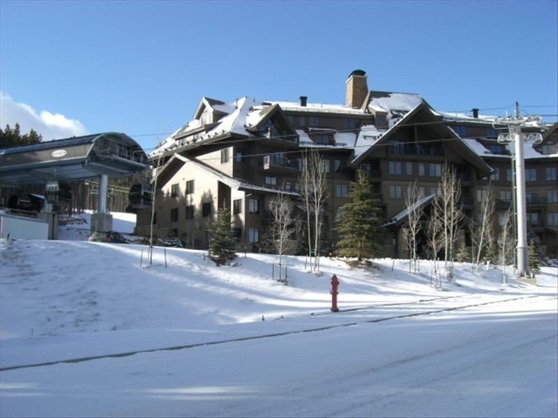 New & Luxurious Crystal Peak Lodge, 2 BR/2 BA, Ski-in/Ski-Out, vacation rental in Breckenridge