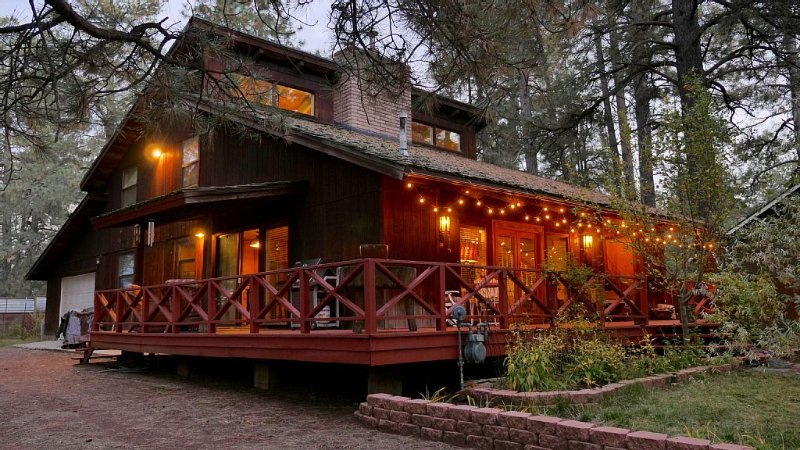 Enchanting Artistic Mountain Chalet. Dog friendly! Check out the video!, vacation rental in Flagstaff
