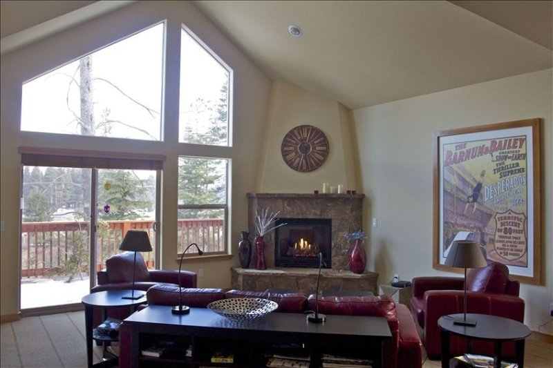 SUPER CLEAN Luxury home w/hot tub & steam shower. Walk to town & regional park!, holiday rental in Truckee