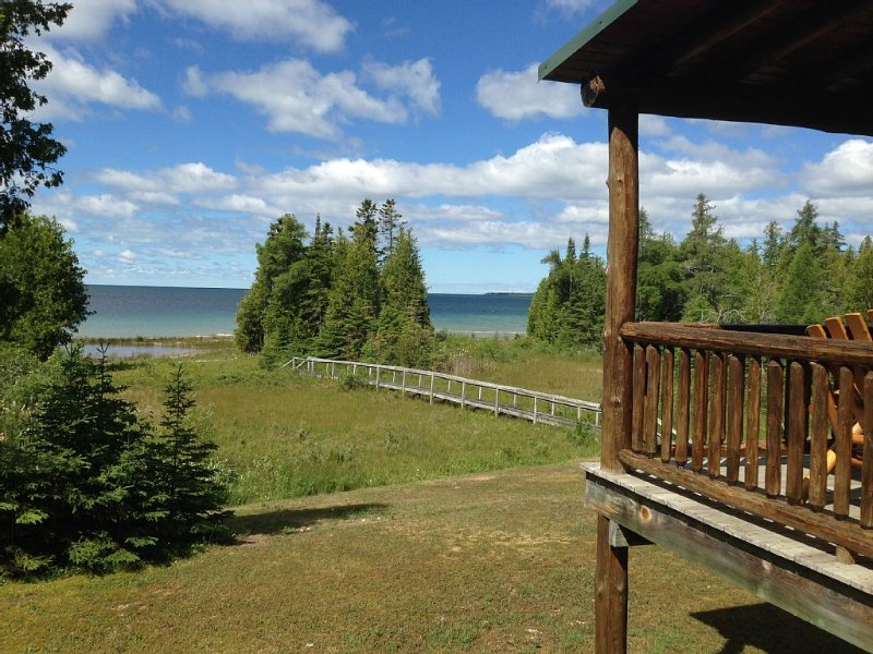 Private 4 Acre Home on Lake Michigan Minutes From Action In Downtown St. Ignace., alquiler de vacaciones en Mackinac County
