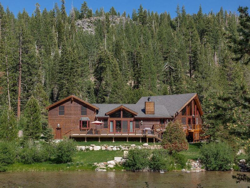 Family Friendly Between Squaw & Truckee!! On The River!!! – semesterbostad i Tahoe City