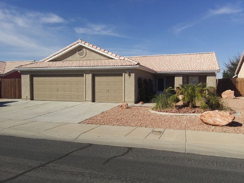 Beautiful 3 Bedroom Home- Golfing, Casinos And Sun!!!, holiday rental in Mesquite