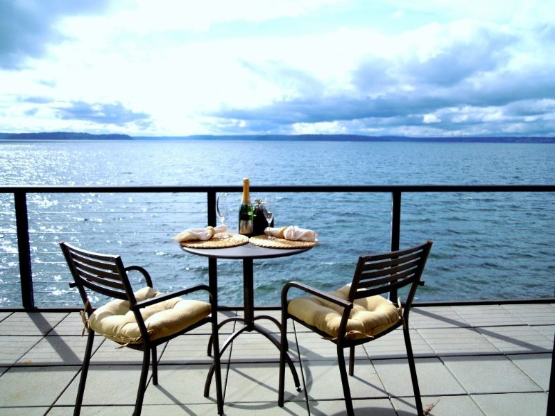 Large WATERFRONT unit with sweeping views and private beach – semesterbostad i Seattle