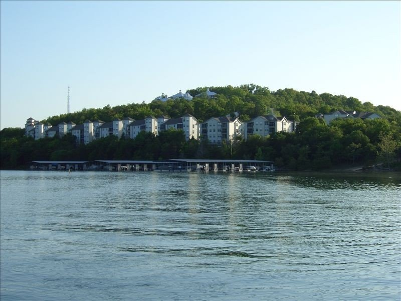 Beautiful Lakefront Condo - Many Amenities and Attractions, holiday rental in Kimberling City
