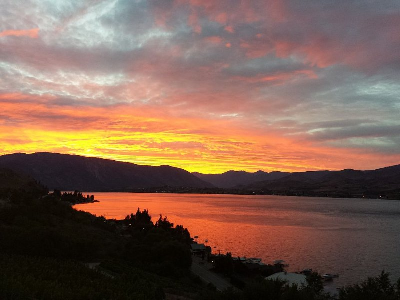 Enjoy This 180 Degree Spectacular View Of Lake Chelan! Sunshine, Water, Wine&fun, aluguéis de temporada em Chelan