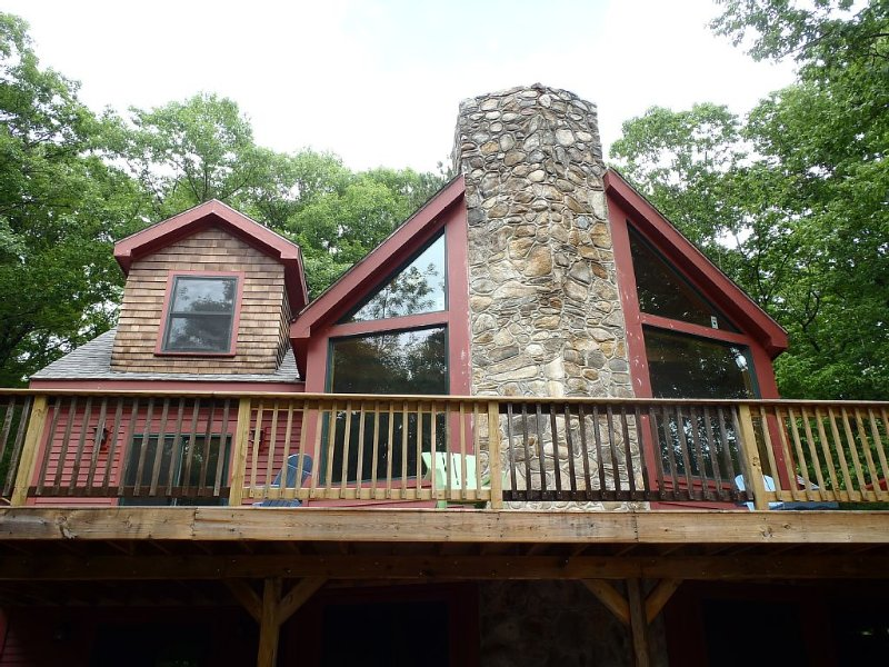 Custom vacation home with expansive outdoor entertaining spaces, holiday rental in Henniker