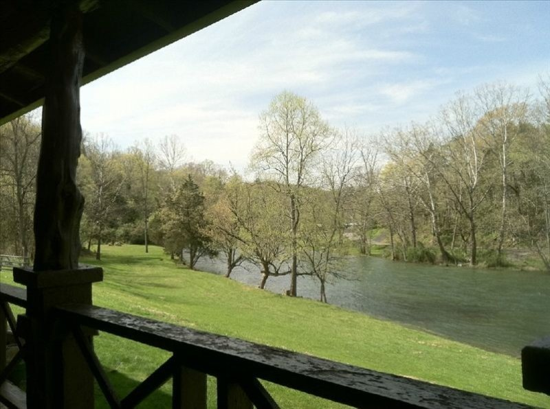 Cabin on South Holston River-900 Ft of Private River Frontage, location de vacances à Bristol