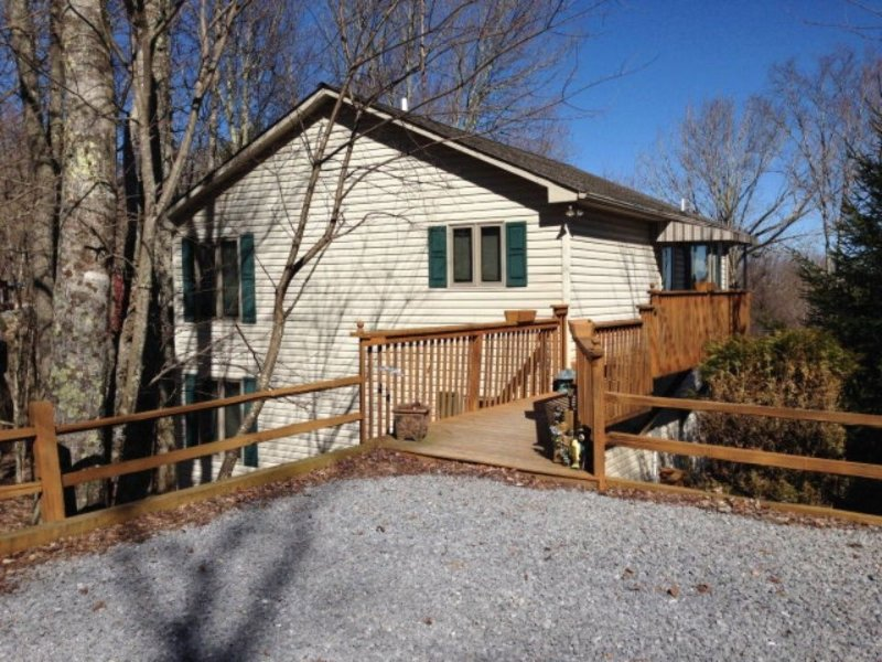 Doe A Dear, 4 Bedrooms/3 Full Baths, Mountain Views, Cable/WiFi, Level Entrance, holiday rental in Beech Mountain