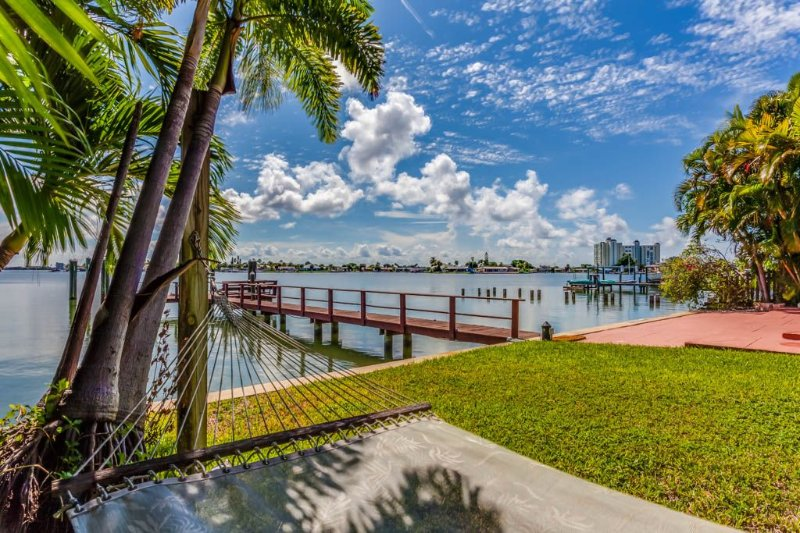 Private resort-style waterfront oasis, casa vacanza a St. Petersburg