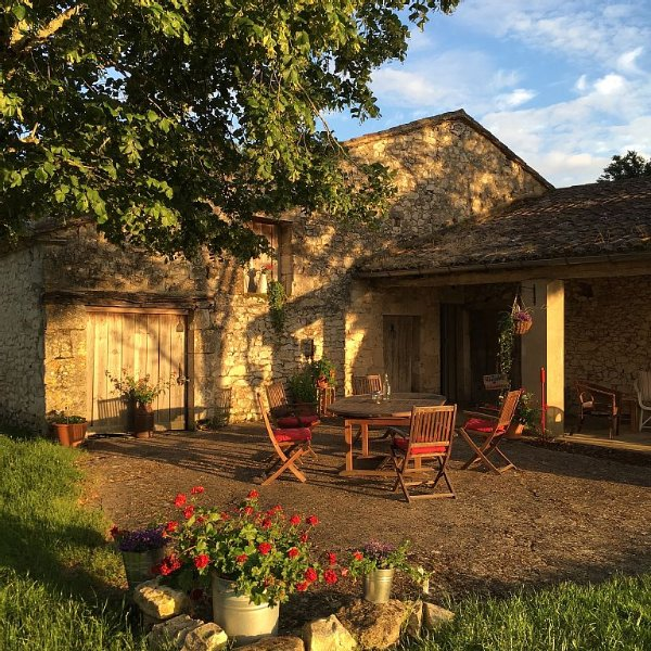 Charming Renovated Farmhouse Near Town, location de vacances à Lougratte