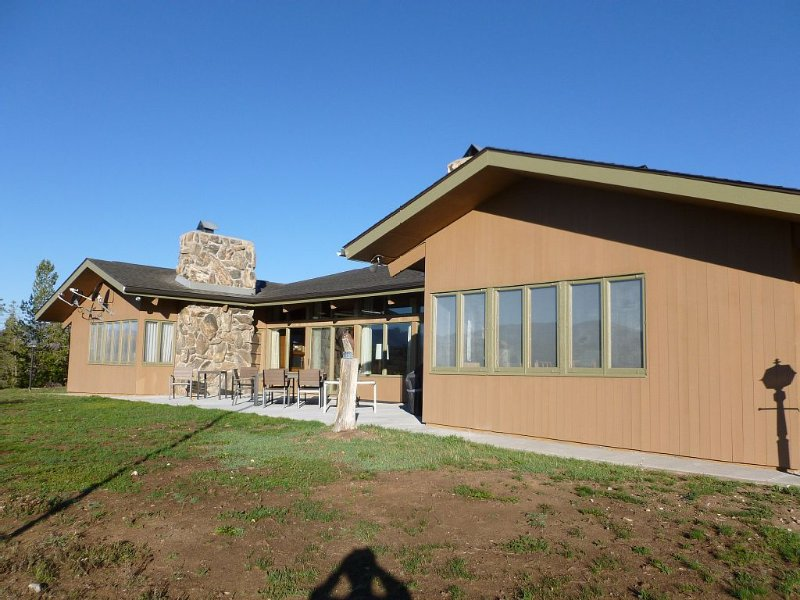 Very Large Ranch on 90 Secluded Acres Sleeps 9+, BEST Views, Near Winter Park, alquiler de vacaciones en Fraser