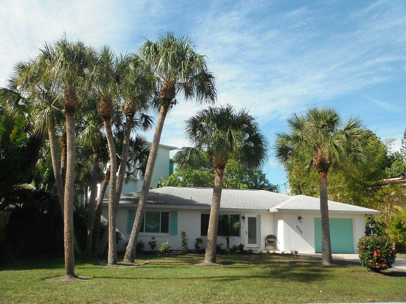 Tropical Pool Paradise - 4 min walk to beach, 3 bedroom remodeled house, aluguéis de temporada em Siesta Key