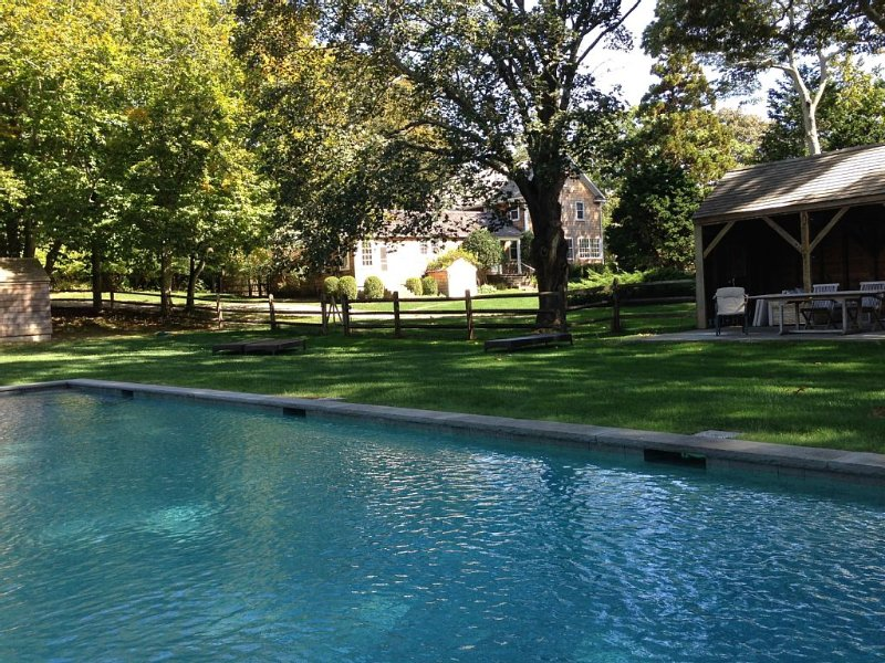 Designer's Historic Estate! 3+ ACRES WITH POOL, STUDIO, GUEST COTTAGE, location de vacances à East Hampton