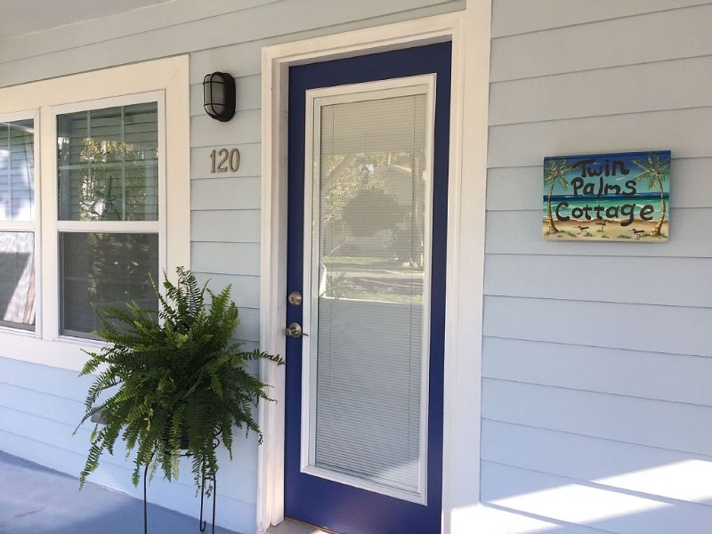 Enjoy Ocean View From Twin Palms Cottage's Front Porch! Salt Air And Seagulls!, holiday rental in Jacksonville Beach