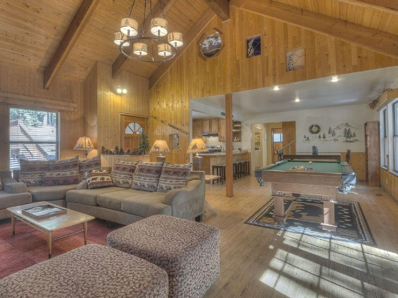 6bd/3ba Large home!! Hot Tub, Pool Table, 6 TV's, 15min to Ski Resort, alquiler vacacional en Tahoe Vista