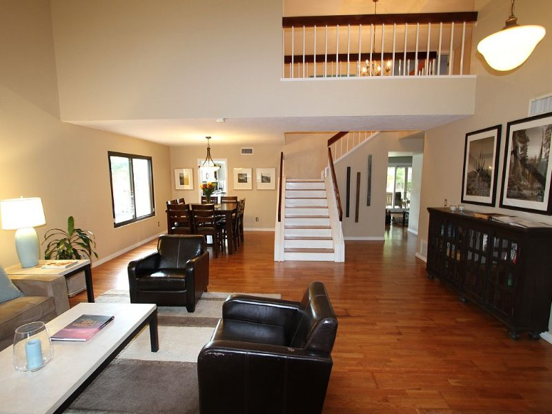 Modern Home w/ pool - 4 Bed/3 Bath - Near Mill Ave, ASU, and Old Town Scottsdale, holiday rental in Tempe