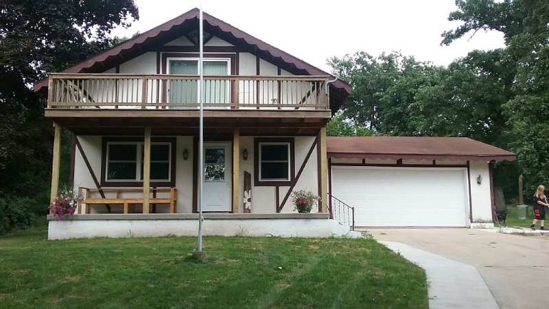 3 Bedroom, 2 Bath House, Large Yard, 4 Miles From New Glarus, 10 Miles To Monroe, casa vacanza a New Glarus