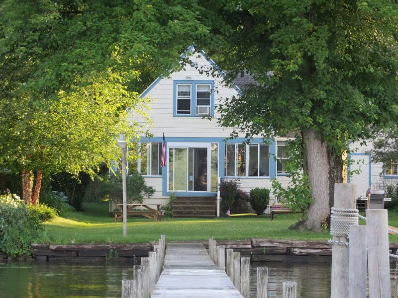 Beautiful Lakefront Home close to Chautauqua Institution, alquiler vacacional en Jamestown