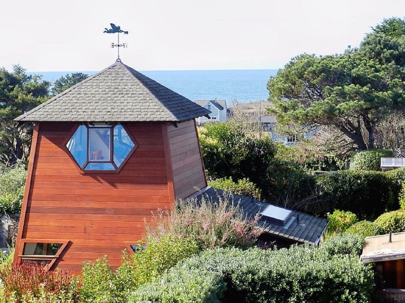 Sweeping ocean views nestled in exquisite private garden, alquiler de vacaciones en Mendocino