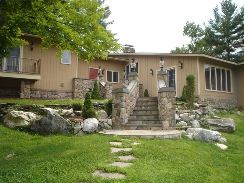 Charming Vermont Home on 7 Acres w/ Hot Tub, Pond and Fireplace!, location de vacances à Dorset