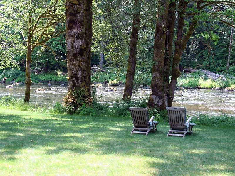A River Runs Through It #2 Waterfront luxury with hot tub, fireplace & firepit, Ferienwohnung in Clallam County