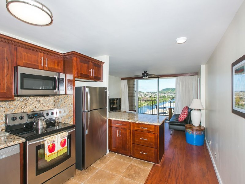 Newly Renovated Condo With Mountain And Water Views In The Heart Of Waikiki, vacation rental in Honolulu