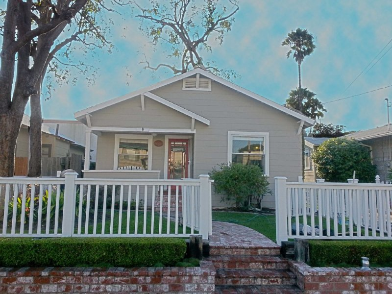 Classic & Affordable Beach Cottage! A Short & Easy Walk To The Sand!, location de vacances à Huntington Beach