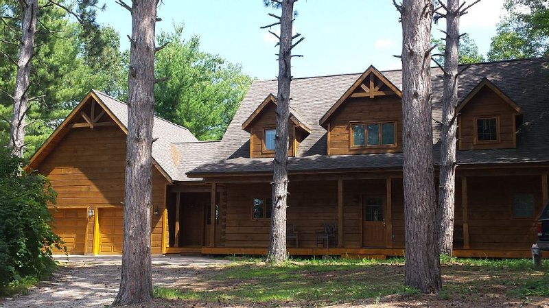 LUXURY LOG HOME WITH PRIVATE DOCK ON THE CHAIN., location de vacances à Saxeville