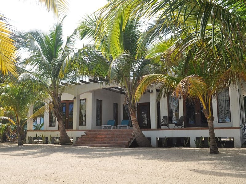 Newly Updated Oceanfront Private House In Hopkins, Belize, aluguéis de temporada em Stann Creek