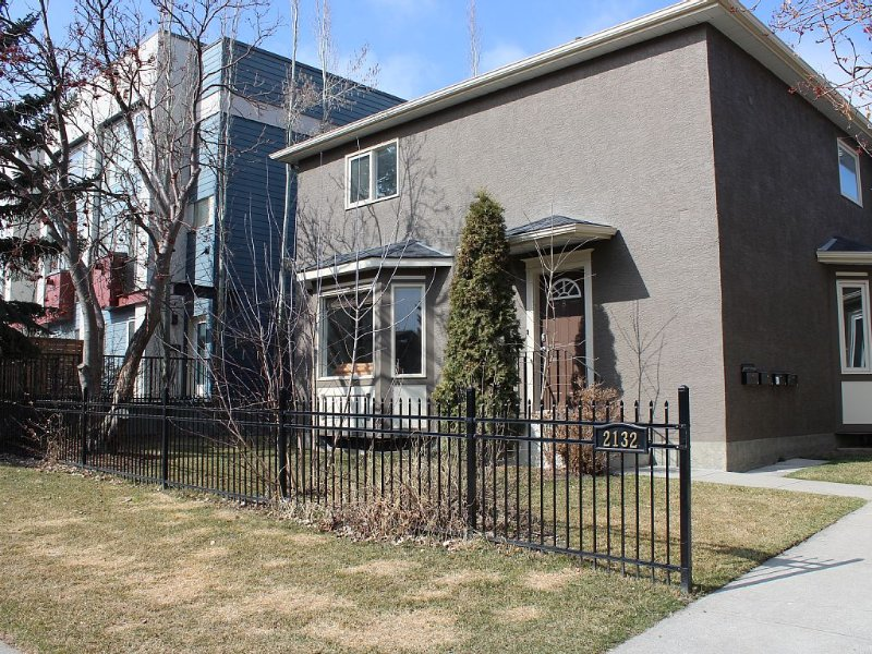 Comfortable Townhome in Calgary's Trendy Marda Loop, vakantiewoning in Calgary