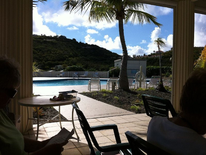 Vista a la piscina desde el pabellón