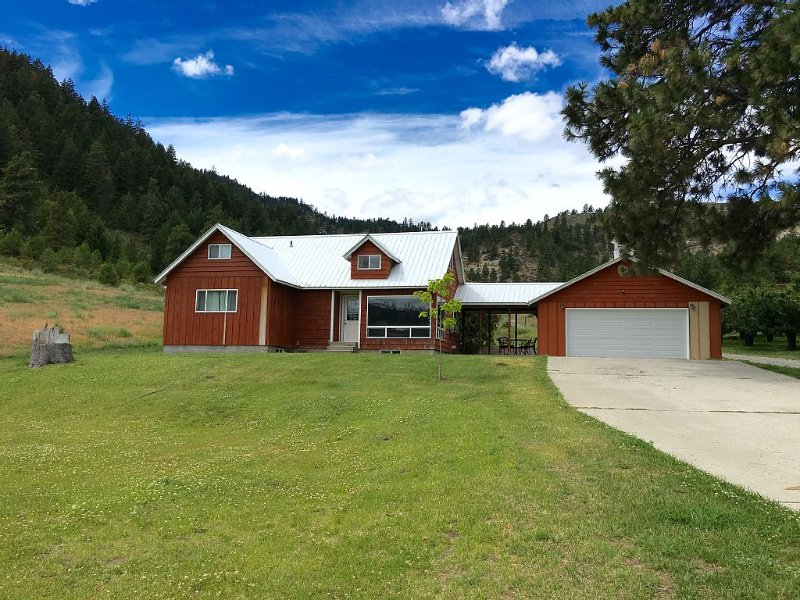Serene Mountain Getaway with Hot Tub near Mission Ridge Perfect for Families, alquiler vacacional en Wenatchee