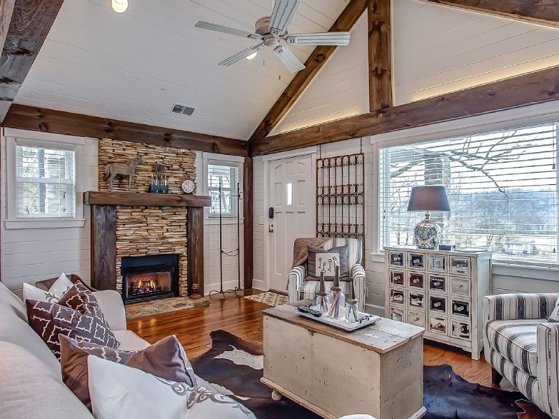 LOAFER'S GLORY! ...Historic and charming stone cottage with breath taking views!, vacation rental in Franklin