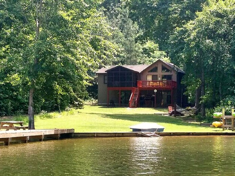 Amazing Waterfront Home in Private setting!, alquiler vacacional en Bumpass