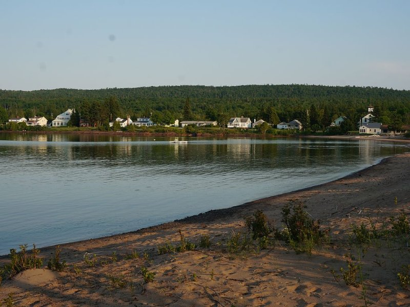 Large Waterfront House in Beautiful Eagle Harbor, Steps to the Sandy Beach, vacation rental in Copper Harbor
