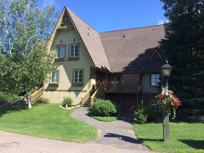 End unit on the mountain w/ pool & free shuttle. No HST!  10 min walk to village, alquiler vacacional en Mont-Tremblant National Park