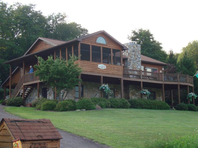 Gorgeous Lake Front Resort Home at Alpine Lake, holiday rental in Reedsville