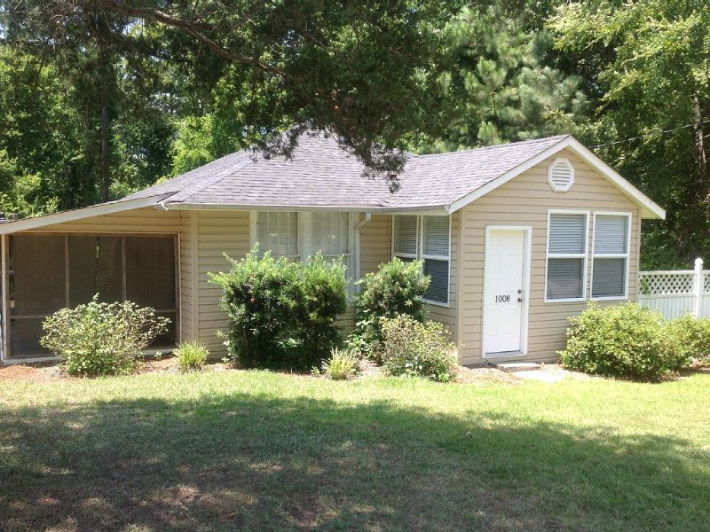 Cozy Lake Murray Cottage on a Quiet Cove with Private Dock, vacation rental in Seven Oaks