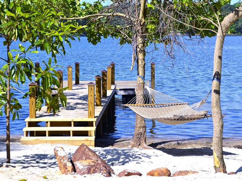 Intimate hideaway with Beach, Dock, Hot Tub, Pontoon Rental Availability, etc., Ferienwohnung in Belmont