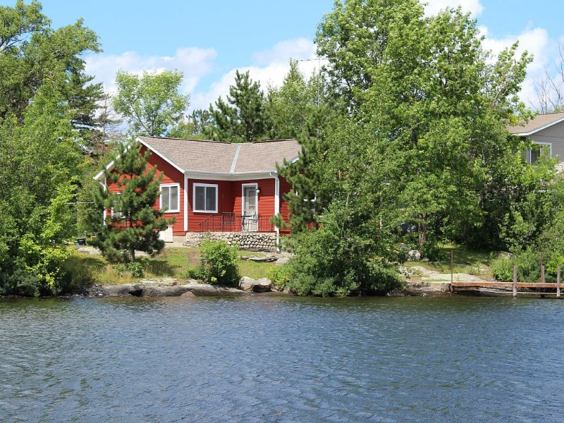 Experience Lake Vermilion's Charm in our Beautiful Renovated Cabin!, holiday rental in Cook