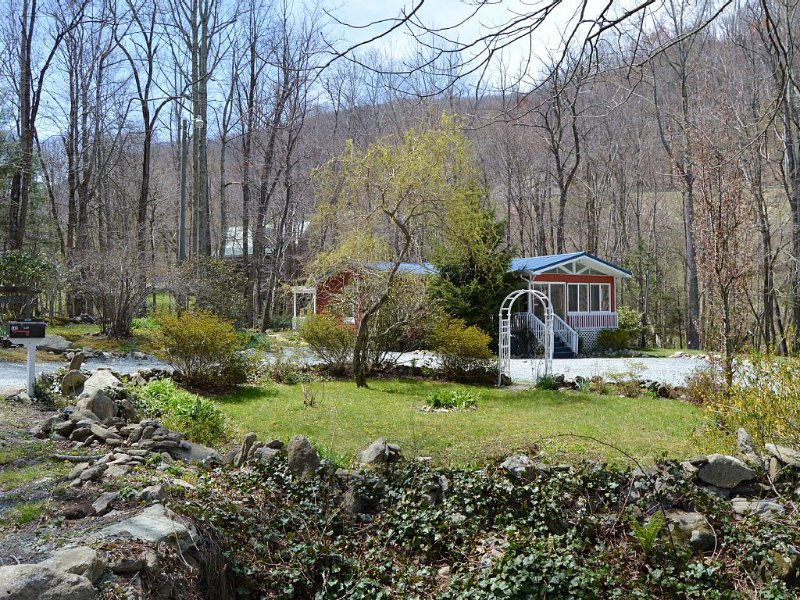 'Got Rocks' 1 acre on Watauga River, Gazebo, Flat yard, Close to Golf Courses, vacation rental in Banner Elk