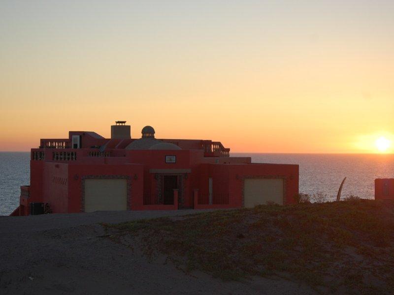 LUXURY BEACH FRONT HOUSE  1 HOUR SOUTH OF ROCKY POINT, location de vacances à Santo Tomas