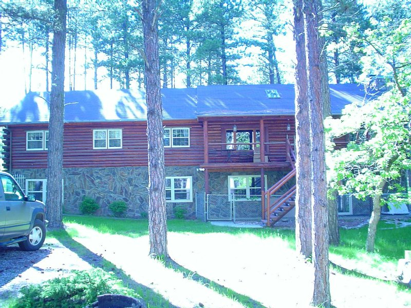 5 Bedroom Log Cabin In The Heart Of The Black Hills Located In Boulder Canyon., alquiler de vacaciones en Sturgis