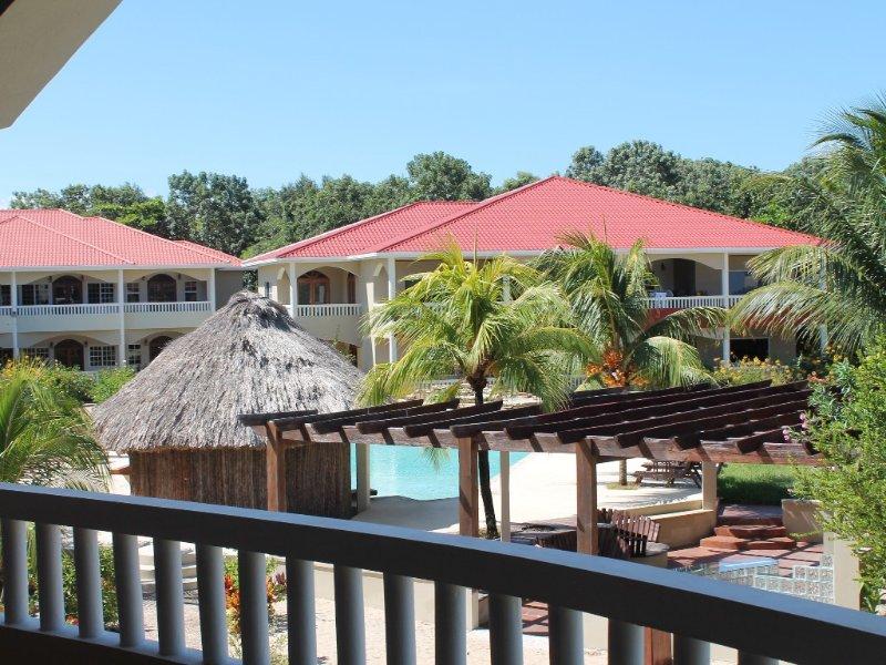 Los Porticos Villas (Villa 2D) - Beautiful Condo on the Beach, aluguéis de temporada em Seine Bight Village