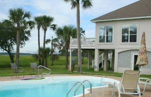 Water/Marsh Front Home with Private Saltwater Pool, alquiler de vacaciones en Townsend