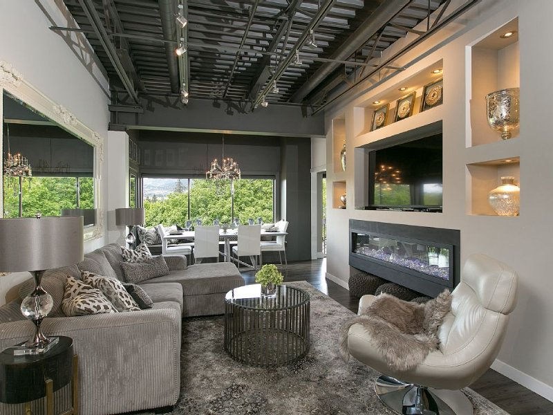Luxury Waterfront - Downtown - Spectacular Decor!, alquiler de vacaciones en Kelowna