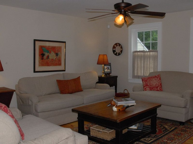 Charming 1860 Farmhouse, Completely Renovated, Convenient Location, Central AC, holiday rental in Tyringham