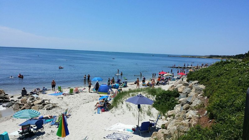 Beautiful Cape Cod Cottage Steps from Nantucket Sound and Sandy Private Beach, vacation rental in Harwich Port